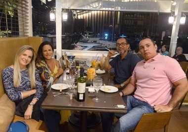 Bartô do Soho jantanto com a esposa e amigos no sábado, em fotos de Valterio