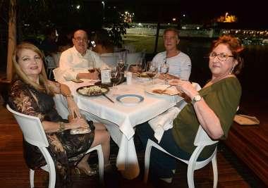 Dr. Fahel jantando com amigo no Amado em fotos de Valterio