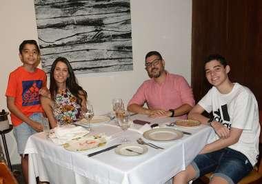 Flávio Bandeira jantando com a família no restaurante Amado em fotos de Valterio