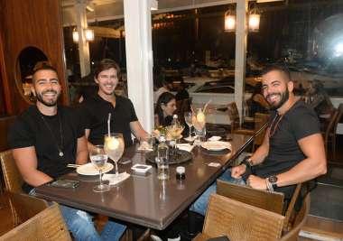 Jorge Araújo entre Pipo e Rafa, jantando no Soho da Bahia Marina em fotos de Valtério