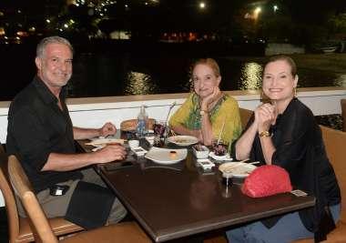 Gustavo Jansen, Cristina e Tate Jansen jantando no Soho de Salvador em fotos de Valterio