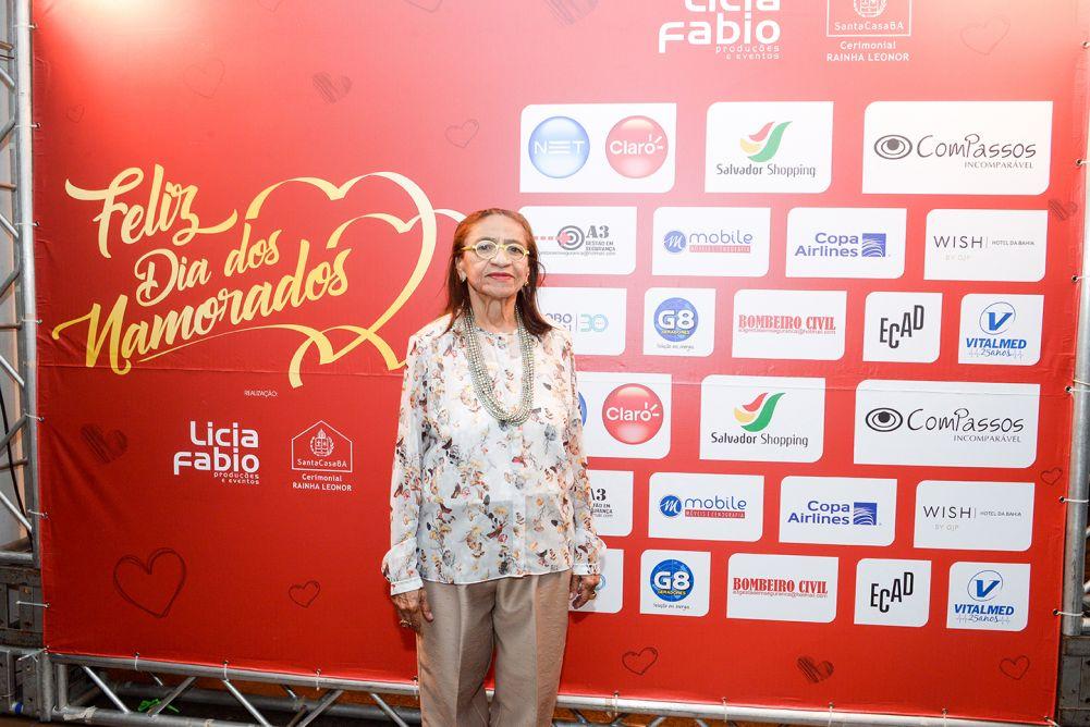Lícia Fábio fez festa para comemorar o dia dos namorados, com comes e bebes, e ao som romântico do cantor Geraldo Azevedo