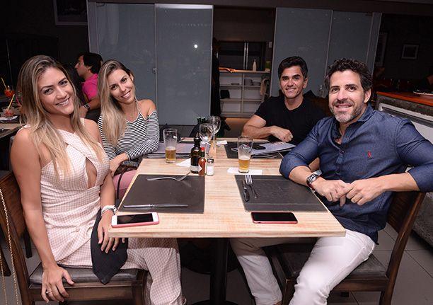 Celebridades janando dia 14 no Restaurante Das. Click pra ver mais...