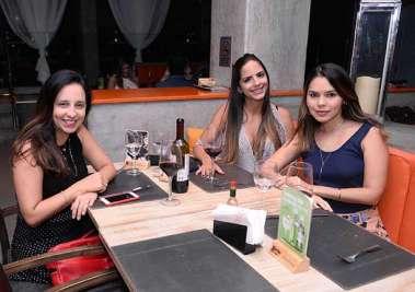 Roberta Leal, Bianca Nascimento e Larissa Araújao no restaurante Das em fotos de Valterio