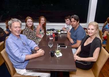 Guta e Pedro Moura com a família jantando no Soho de Salvador em fotos de Valterio