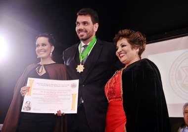 Desembargador Sérgio Rodrigo Russo Vieira sendo homenageado em fotos de Valterio Pacheco