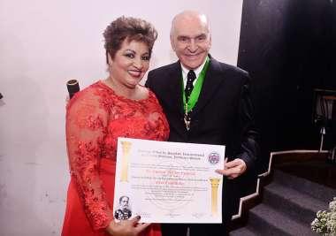 Maria Braga homenageando Dr. Eusimar Coutinho em fotos de Valterio Pacheco