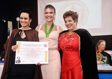 Dra. Cristiane Leony sendo homenageada em fotos de Valterio Pacheco