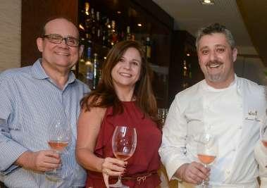 Veronica Lemos entre Ademar Lemos e o chef de cozinha Laurent Rezette em fotos de Valterio