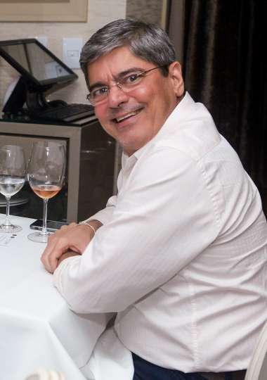 Carlos Falcão o aniversariante, jantando no Chez Barnard em fotos de Valterio