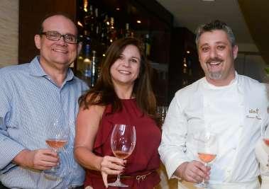 Verônica e Ademar Lemos com o chef de cozinha Laurent Rezette em fotos de Valterio
