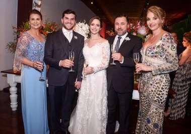 Os noivos Gilvan e Daniela com seus pais Gislaine Landin, Socorro e José Andrade de Moura em fotos de Valterio Pacheco