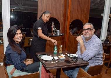 Martha e Rui Santos jantando no Soho em fotos de Valterio