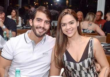 Alberto Nunes jantando com a namorada no Soho em fotos de Valterio Pacheco