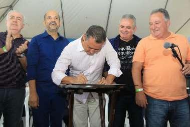 O governador Rui Costa assina ordens de serviços em Eunápolis-Colonia para o início do asfaltamento de 6,5 quilômetros