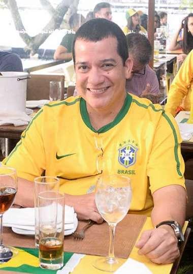 Cantor André Lelis no Lafayete em tempo de Brasil 2 Sérvia 0 em fotos de Valterio