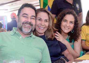 Sida Souza entre Aline e Dado Souza no Lafayette no Brasil 2 Sérvia 0 em fotos de Valterio