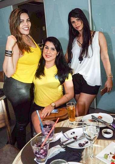 Erica com amigas no restaurante Das