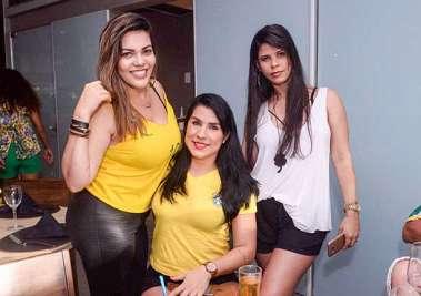Erica com amigas no restaurante Das no dia do Brasil Sérvia em fotos de Valterio