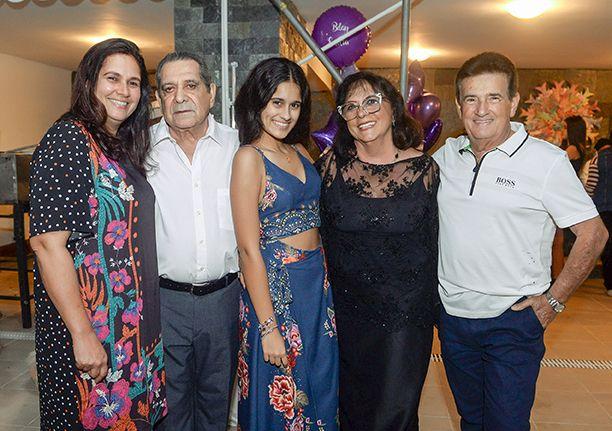 Emília Uanús Rodrigues ganhou festa de 14 oferecida por seus pais Cristiane e Zenildo Rodrigues