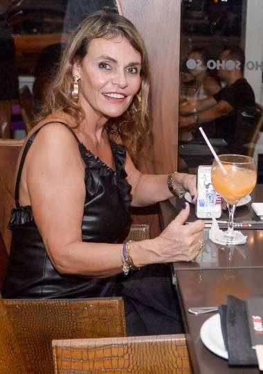 Marilda Silva jantando no Soho em fotos de Valterio Pacheco