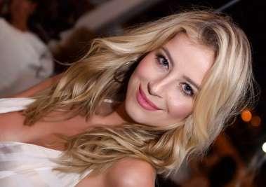 A modelo e atriz da novela Verão 90 jantando no Soho de Salvador em fotos d Valterio Pacheco