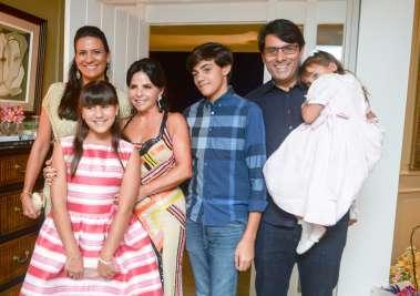 Tima Lima com os netos e seu filho Pedro Lima e sua nora Juliana Lima em fotos de Valterio