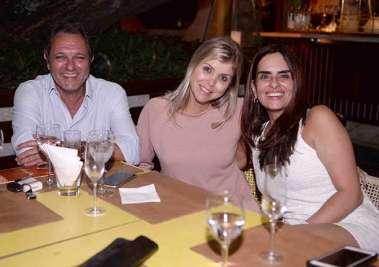 Eliane Bomfim com a amiga e o esposo jantando no Lafayette