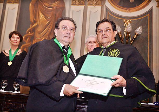 Dr. Valber Lima Menezes sendo empossado com membro da Academia de Medicina da Bahia, à esquerda do Dr. Antonio Carlos Vieira Lopes