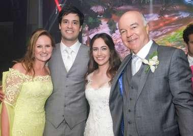 Os noivos Gabrella Machado e Luiz Eduardo Carvalho com a mãe da noiva e padrasto Alexandre Cunha Guedes Filho em fotos de Valterio