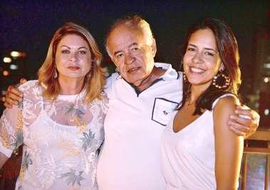 José Nilton Carvalho entre a esposa Mary e a filha Clara