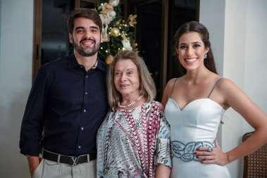 Ester Medrado ente a neta Luma Pitanga e Felipe Pinto