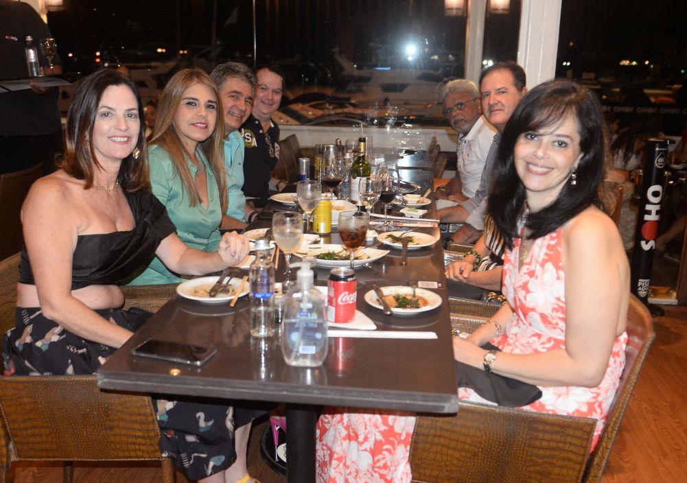 Celebridades jantando ontem dia 5/12 no restaurante Soho da Bahia Marina