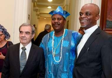 Eduardo Moraes de Castro, Felix Ayoh'  Oimidire da Nigéria com o padre Gilson Mágno em fotos de Valterio