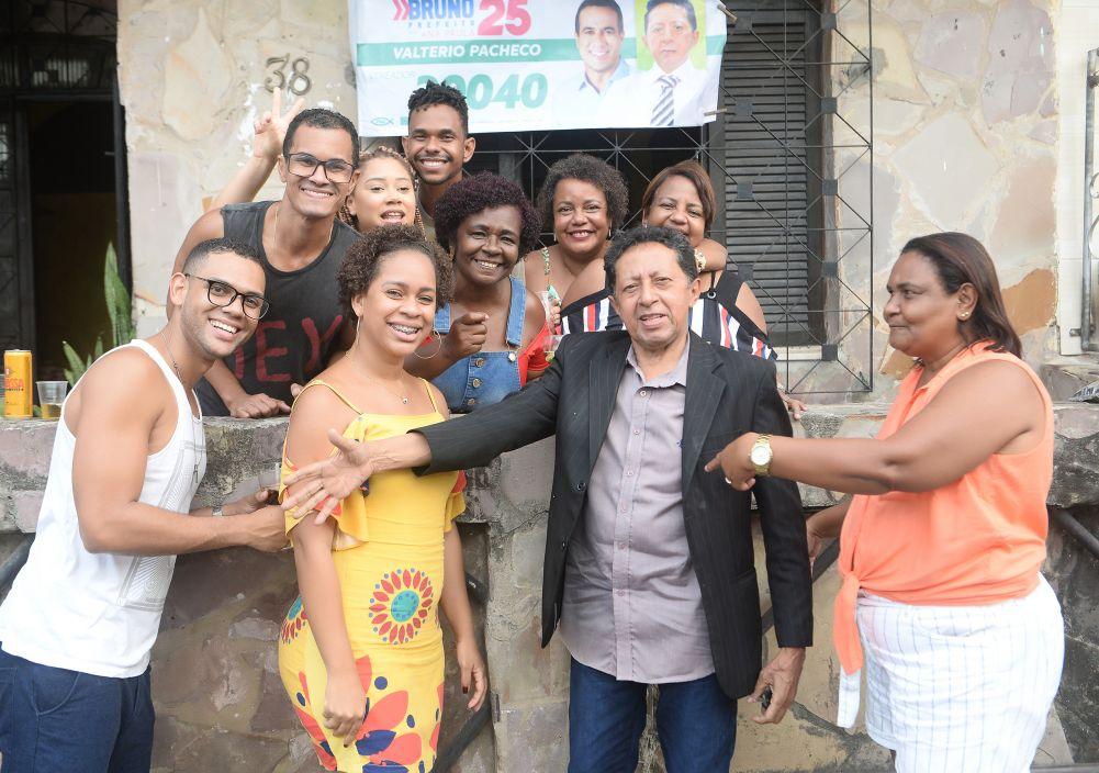 Valtério Pacheco o candidato a vereador foi surpreendido pela pro Solange e amigos com uma festinha para as criança da Casa da Criança e outras, no seu dia