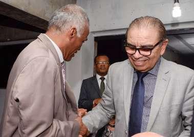 Sargento, pastor e deputado Isidório cumprimentando o Pastor Israel Alves Ferreira em fotos de Valterio Pacheco
