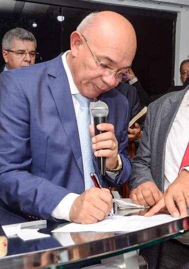 Pastor Valdomiro Pereira da Silva assinando a sua posse como presidente da ADESAL em fotos de Valterio Pacheco