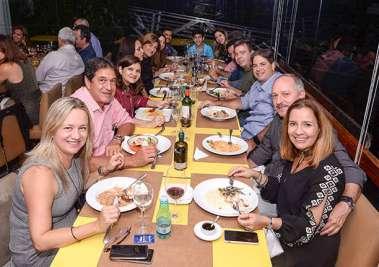 Rosana Andrade de Gomes a aniversariante jantando com amigos no Lafayette em fotos de Valteiro