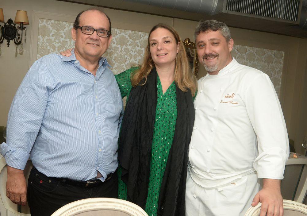 A jornalista francesa Hélène Luzin, autora do livro 50 Pratos De Grande Chefs, com Ademar Lemos e Laurent Rezette