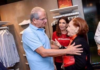 Tony Tawil recebendo a colunista social de  A Tarde July Isensee em fotos de Valterio