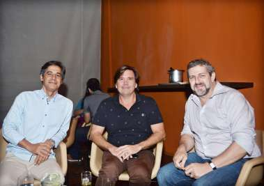 Pipo Garcez jantando com amigo no Amado dia 11 de maio em fotos de Valterio