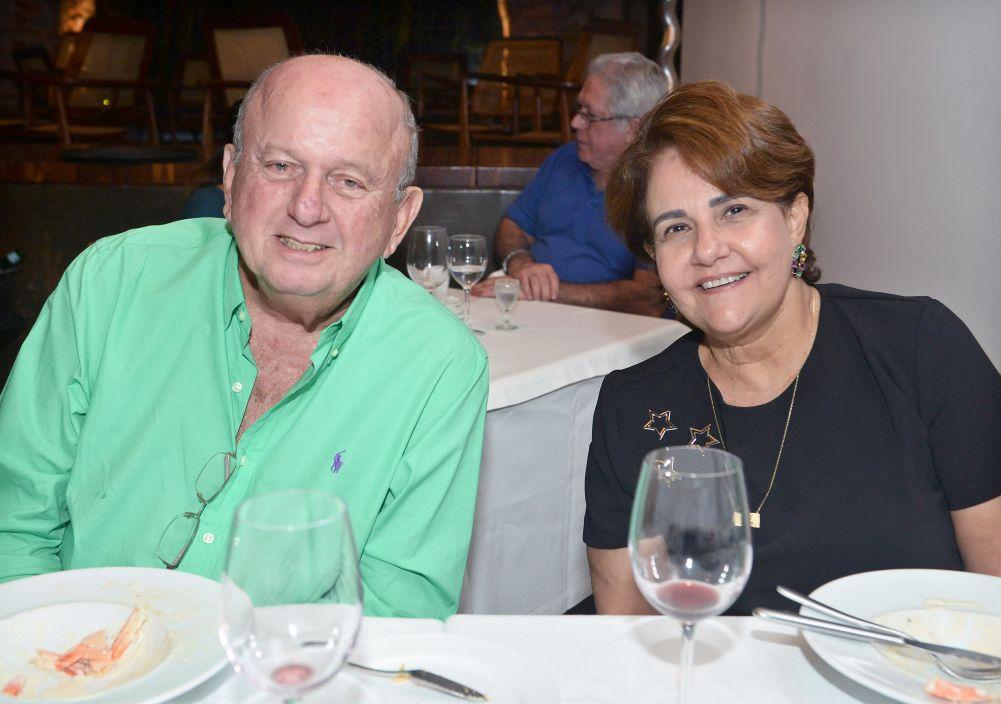 Beta e Juarez Silva da IPLASA, jantara, com os fihos Juarez Filhos e Priscila Priscila e Bruno Valero