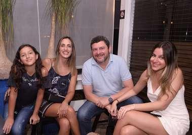 Stela e Marcelo Sarmento com as filhas Ane e Tiló no Soho em fotos de Valterio Pacheco