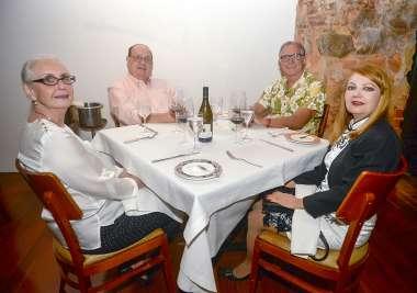 Dr Fahel jantando no amado com amigos em fotos de Valterio Pacheco