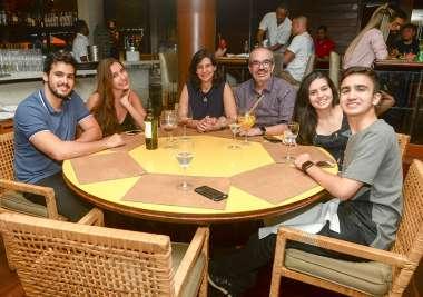 Roberto Muniz e Maria Tereza jantando no Lafayette com as filhas amigos das meninas em fotos de Valterio Pacheco
