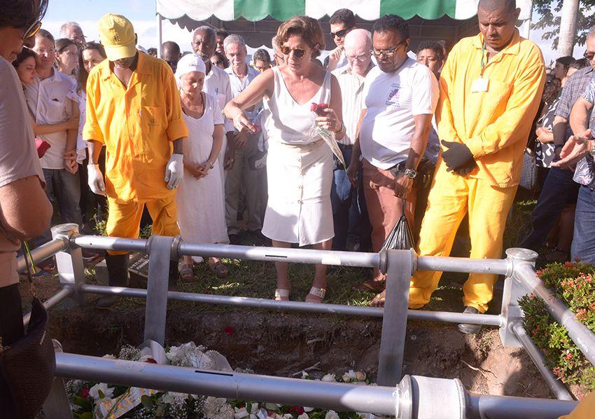 Veja os famosos e pessoas simples também, que foram dá o último adeus a Paulo Gaudenzi no jardim da Saldade. Clique...
