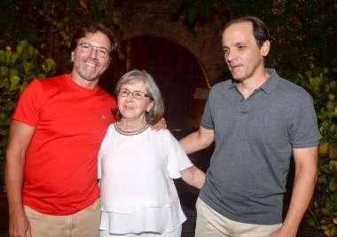 Sandra Gonzaga entre os seus filhos José de Sá e Estácio de Sá em fotos de Valterio Pacheco