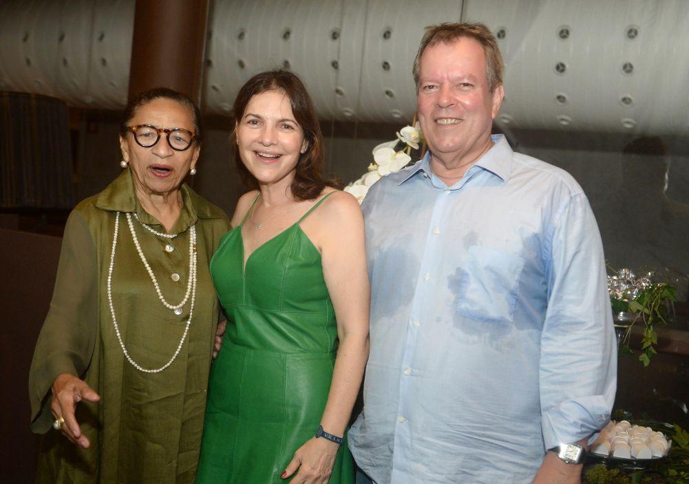 Hulda Menezes comemorou seu aniversário no Rest..Lafayette da Bahia Marina ao lado do seu esposo Lauro Antônio
