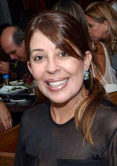 Empresária Moema Pitanga jantando no Soho em fotos de Valterio