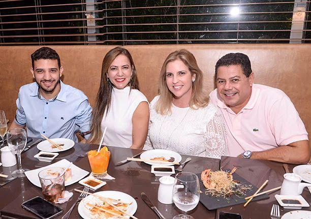 Marcelo Sacramento o aniversariante da semana passada jantou no Soho com inúmeros amigos. Veja...